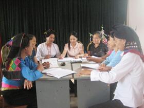 Cán bộ chuyên trách dân số huyện Đà Bắc cùng trao đổi kinh nghiệm về việc thực hiện được gần 60 ca đình sản trong 9 tháng đầu năm 2010.