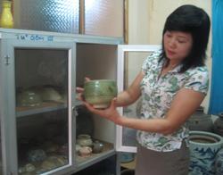 Chị Nguyễn Thị Thi say sưa giới thiệu những giá trị độc đáo của các hiện vật trưng bày tại Bảo tàng