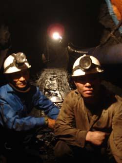 Theo qui định của Công ty TNHH Anh Vũ, người LĐ làm việc trong hầm lò ngoài việc phải được tập huấn về công tác VSATLĐ - PCCN thì phải đảm bảo tốt nhất về sức khoẻ