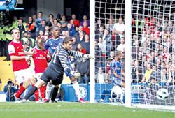 Didier Drogba (Chelsea, giữa) ghi bàn trong sự bất lực của thủ thành Arsenal.