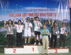 Đ/c Bùi Ngọc Đảm - Phó Chủ tịch UBND tỉnh trao huy chương cho các VĐV đạt thành tích xuất sắc ở nội dung đôi nam lãnh đạo trên 51 tuổi.