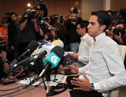 Alberto Contador điều trần trước giới truyền thông về vụ bê bối doping.