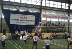 Trận chung kết giải bóng chuyền nam nông dân giữa 2 đội Lạc Sơn và Kim Bôi đã thu hút sự quan tâm của nhiều khán giả tại nhà thi đấu TP. Hòa Bình