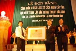 Lãnh đạo Sở VH- TT- DL trao Bằng chứng nhận di tích lịch sử cho UBND xã Nhân Nghĩa
