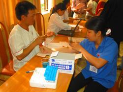 Các bác sĩ Bệnh viện Đa khoa tỉnh làm các xét nghiệm cho người hiến máu