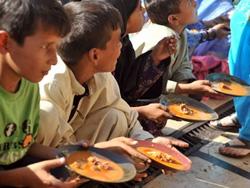Trẻ em Pakistan nhận thức ăn từ thiện ở Karachi
