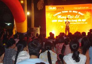 Chương trình ca múa nhạc chào mừng Đại lễ 1.000 năm Thăng Long Hà Nội của siêu thị Elecvina thu hút đông đảo nhân dân TPHB Bình đến xem.