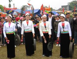 Thiếu nữ Mường Bi trong phần thi đánh cồng chiêng tại Lễ hội Khai Hạ