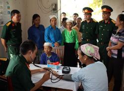 Bộ CHQS tỉnh tổ chức KCB cấp thuốc miễn phí cho người dân xã Bình Chân