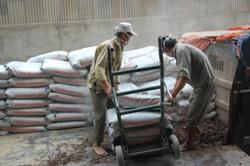 Công ty Xi măng X18 (huyện Yên Thủy) quan tâm đến người lao động làm việc trong điều kiện bụi, ồn cao