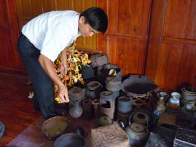Anh Kiều Văn Kiên bên những hiện vật cổ được sưu tầm qua nhiều năm