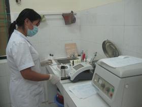Phòng xét nghiệm Bệnh viện đa khoa huyện Lương Sơn được trang bị nhiều máy xét nghiệm tự động hiện đại, giúp kết quả chuẩn đoán bệnh nhanh chónh và chính xác.