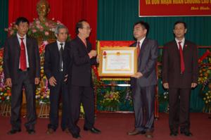 Đồng chí Đinh Văn Ân, Phó Chánh Văn phòng T.Ư Đảng trao Huân chương Lao động hạng Nhất cho tập thế Văn phòng Tỉnh ủy Hòa Bình.