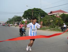 VĐV Bùi Văn Đà của xã Hòa Sơn xuất sắc giành giải nhất nội dung nam chính 5km.