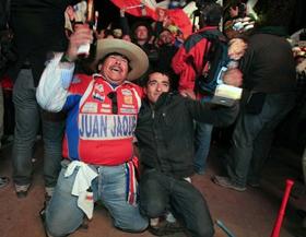 Người dân Chile ăn mừng khi thợ mỏ cuối cùng được đưa ra khỏi hầm mỏ.