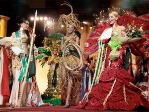 Các thi sinh tham dự phần thi trang phục dân tộc tại Hoa hậu Trái Đất 2009.