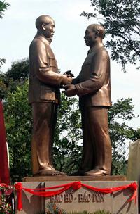 Khánh thành tượng đài Bác Hồ - Bác Tôn trong khuôn viên công viên Thống Nhất. Công trình văn hóa này là món quà của Đảng bộ, chính quyền và nhân dân TPHCM tặng thủ đô Hà Nội.