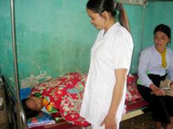 Cán bộ y tế xã Ngọc Mỹ tận tình chăm sóc người bệnh
