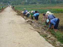 Nhờ làm tốt công tác Dân vận, nhân dãnã Hạ Bì (huyện Kim Bôi) đã huy động tốt sức dân làm được GTNT