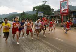 Các VĐV xuất phát nội dung thi đấu cự ly 2 km dành cho nữ trẻ.