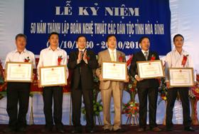 Đông chí Bùi Văn Cửu, Phó Chủ tịch UBND tỉnh trao Bằng khen cho các cá nhân