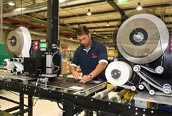 Một công nhân đang làm việc tại nhà máy của First Solar ở Đức