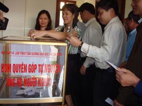 Đông đảo CBCC Văn phòng UBND tỉnh tự nguyện quyên góp giúp đỡ người nghèo.