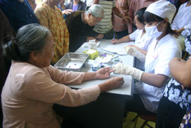 Cán bộ y tế Bệnh viện nội tiết tỉnh khám bướu cổ cho người dân xã Dũng Phong.