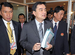 Thủ tướng Abhisit đến tòa vào hôm qua - Ảnh: AFP