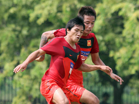 Quang Hải (trái) đang nỗ lực để khẳng định vị trí chính thức trên hàng công đội tuyển VN.