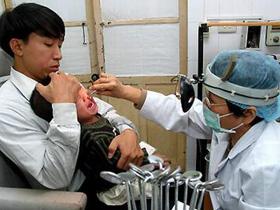 Khám chữa bệnh mũi xoang cho trẻ.