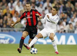 Hậu vệ Gianluca Zambrotta (trái, AC Milan) cố gắng truy cản Cristiano Ronaldo