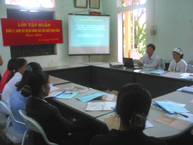 Bác sĩ  Trung tâm YTDP tỉnh hướng dẫn học viên quản lý giám sát