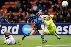 Tiền vệ Zanetti (số 4) ghi bàn mở tỷ số 1 - 0 cho Inter Milan