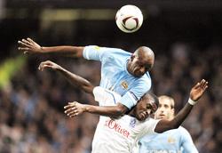 Pha tranh bóng giữa tiền vệ người Pháp Patrick Vieira của Man.City với cầu thủ đội Poznan