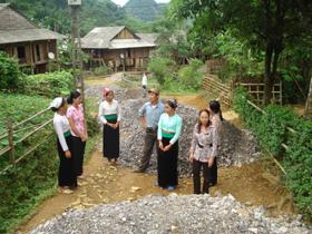 Nhân dân xã Phú Cường (huyện Tân Lạc) đóng góp nguyên vật liệu và ngày công để bê tông hóa đường GTNT liên xóm dưới hình thức Nhà nước và nhân dân cung làm.