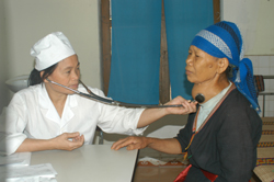 Thực hiện khám cho bệnh nhân mắc bưỡu cổ