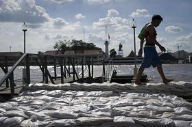 Bao cát dựng dọc sông Chao Praya đoạn chảy qua Bangkok.