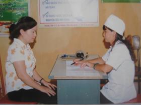 Chị em phụ nữ xã Trung Minh, huyện Kỳ Sơn  được tư vấn về việc sử dụng các biện pháp tránh thai hiện đại