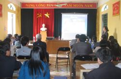 Lãnh đạo Chi cục Dân số - KHHGĐ tỉnh trao đổi với các đại biểu về cách phòng tránh bệnh Thalassemia