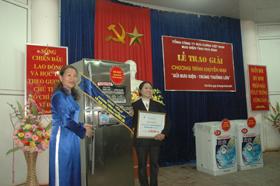 Lãnh đạo Bưu điện tỉnh  trao giải Nhất cho khách hàng trúng thưởng.