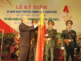 Chủ tịch Quốc hội Nguyễn Phú Trọng gắn Huân chương Sao vàng lên Quân kỳ Quyết chiến - Quyết thắng của LLVT Quân khu 3
