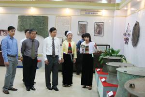 Các đại biểu thăm quan các hiện vật bảo tàng được trưng bày.