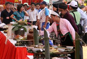 Đông đảo người dân và khách du lịch thăm quan, các gian hàng.