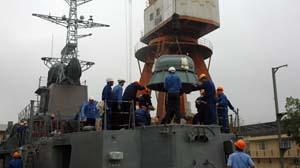 Tàu pháo TT400TP đang được các kỹ sư và công nhân VN lắp đặt vũ khí - Ảnh: Nhà máy Z173 cung cấp