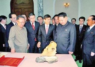 Ông Kim Jong-il (trái) và con trai Kim Jong-un ngắm một món quà từ Trung Quốc - Ảnh: Reuter