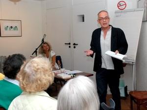 Nhà văn Jean Pierre Outers đang giới thiệu cuốn sách. (Nguồn: Đăng Khoa/Vietnam+)