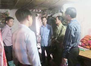 Ban chỉ huy PCLB & TKCN thành phố phối hợp với UBND phường Đồng Tiến vận động hộ ông Lê Hồng Thanh nhận đất, chuyển đến nơi ở mới, an toàn.