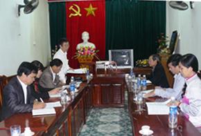 Lãnh đạo Báo Hòa Bình chia sẻ kinh nghiệm xuất bản bản tin với Liên minh HTX tỉnh.