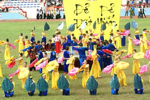 """Màn nghệ thuật """"Sắc màu quê hương"""" được trình diễn tại?Lễ kỷ niệm 125 năm thành lập tỉnh, 20 năm ngày tái lập tỉnh và Lễ hội văn hóa cồng chiêng tỉnh Hòa Bình lần thứ I."""